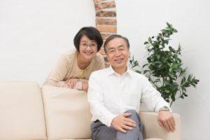 年配の女性と男性